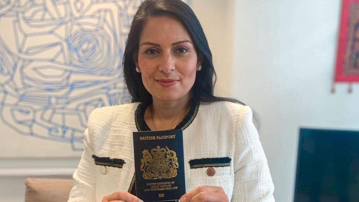 Глава МВД Британии с обновленным паспортом / фото news.sky.com