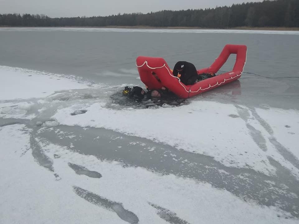 Водолазы-спасатели подняли тела на поверхность / фото facebook.com/MNSKHARKIV