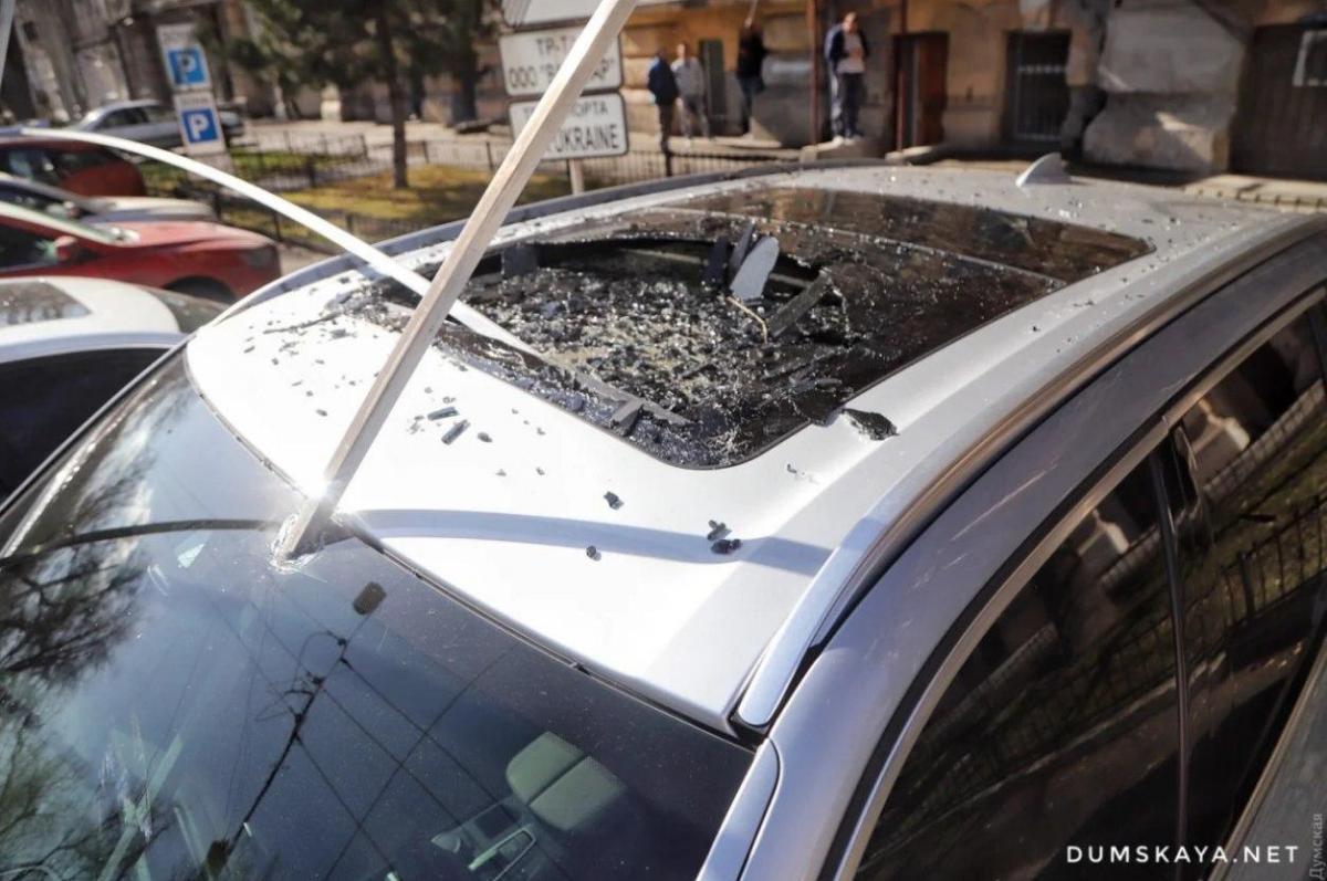 Повреждения получили несколько машин / Фото: Думская