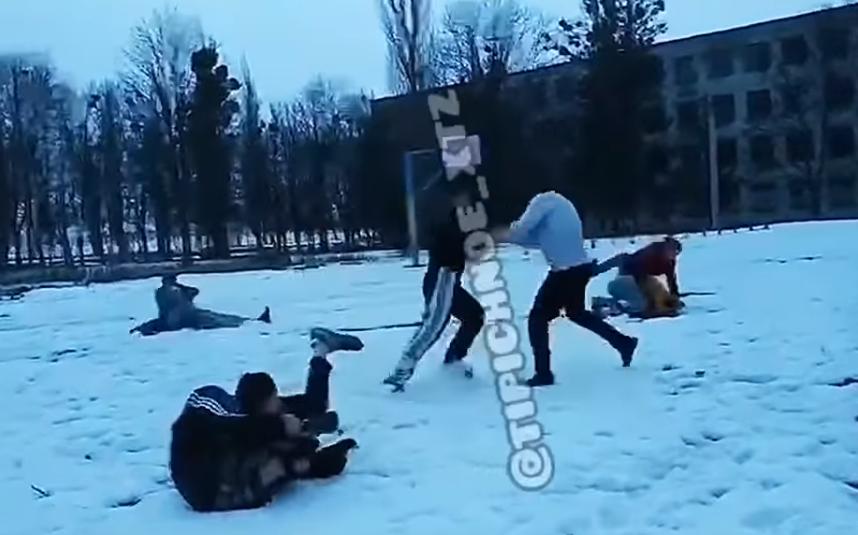 На спортплощадке схлестнулись около десятка агрессивно настроенных подростков / скриншот