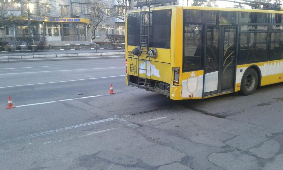 Автомобіль патрульних та тролейбус отримали механічні пошкодження / фото kg.ua