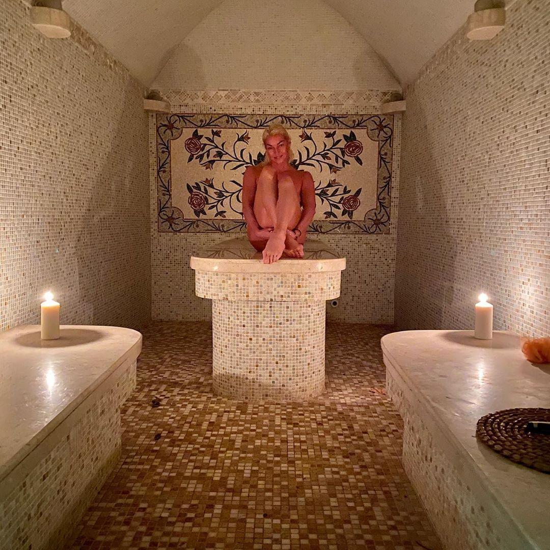 Свої інтимні місця Волочкова прикрила ногами / фото: Волочкова/Instagram