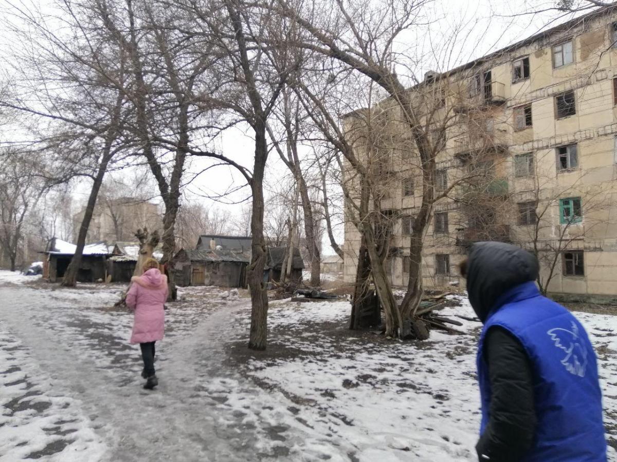 Местные жалуются, что жизнь в полутемных домах губит зрение / Фото УНИАН