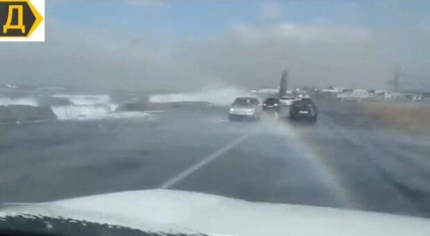 Во время урагана штормовые волны перекатывались через Объездную дорогу/ фото Думская