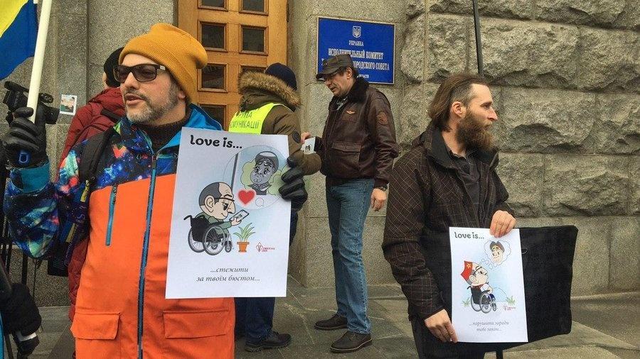 Активісти чергують біля входу до мерії з плакатами із карикатурами на Кернеса / suspilne.media