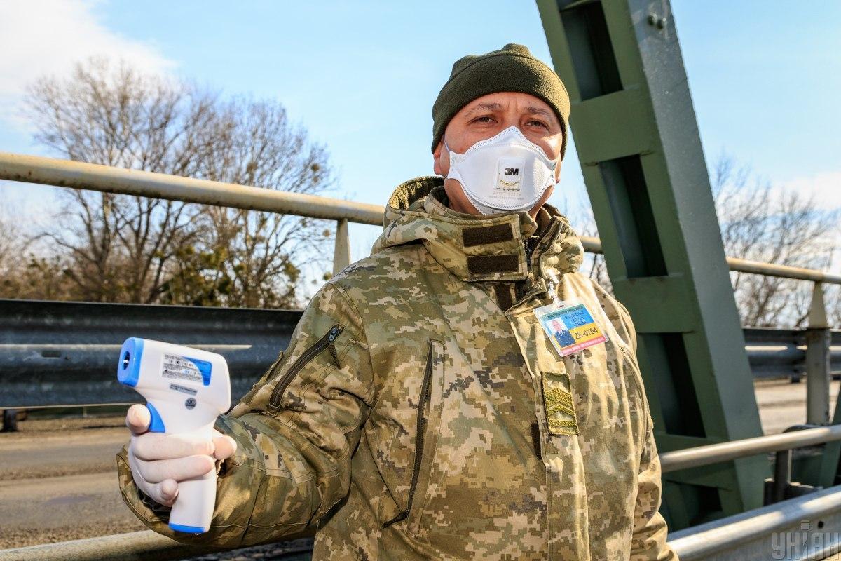 Пограничники проверяют граждан на пунктах пропуска / фото УНИАН