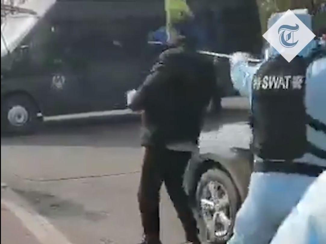 Задержание мужчины, который якобы инфицирован коронавирусом/ скриншот из видео