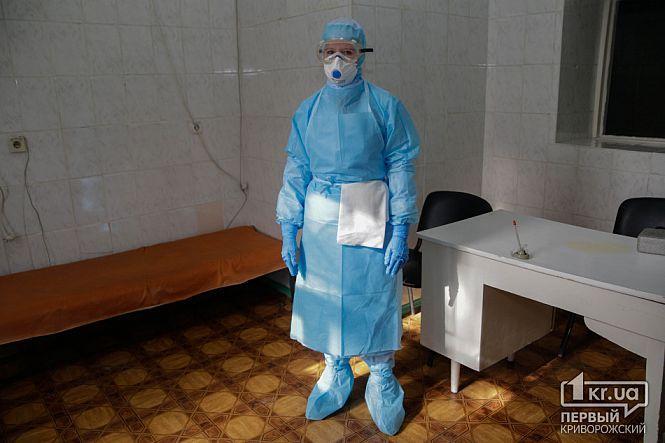 Медики будуть зустрічати пацієнта з підозрою на коронавірус в спеціальному захисному костюмі \ 1kr.ua