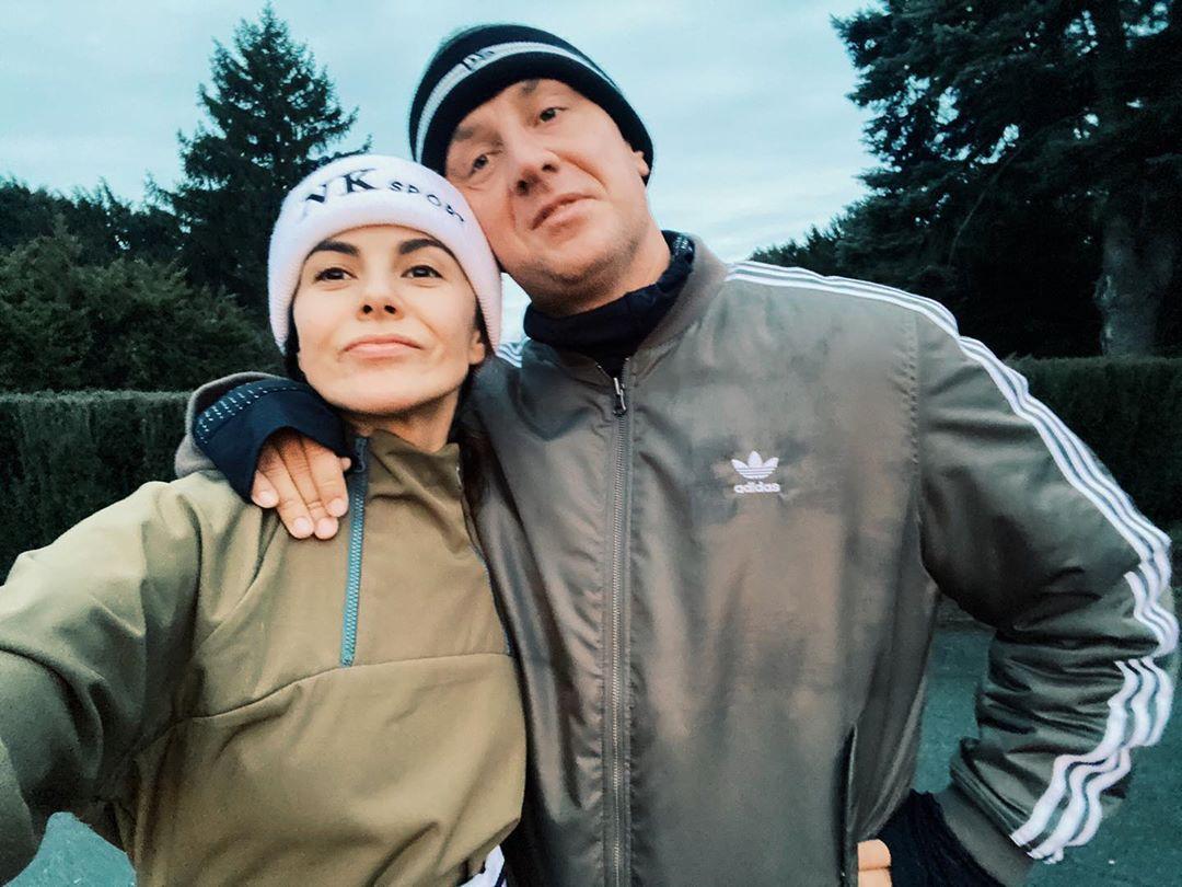Артисты сфотографировались в спортивных костюмах и шапочках / Instagram Настя Каменских