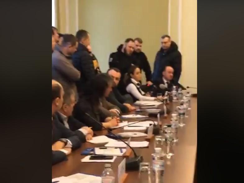 Королівську на засіданні оточили активісти / скріншот з відео