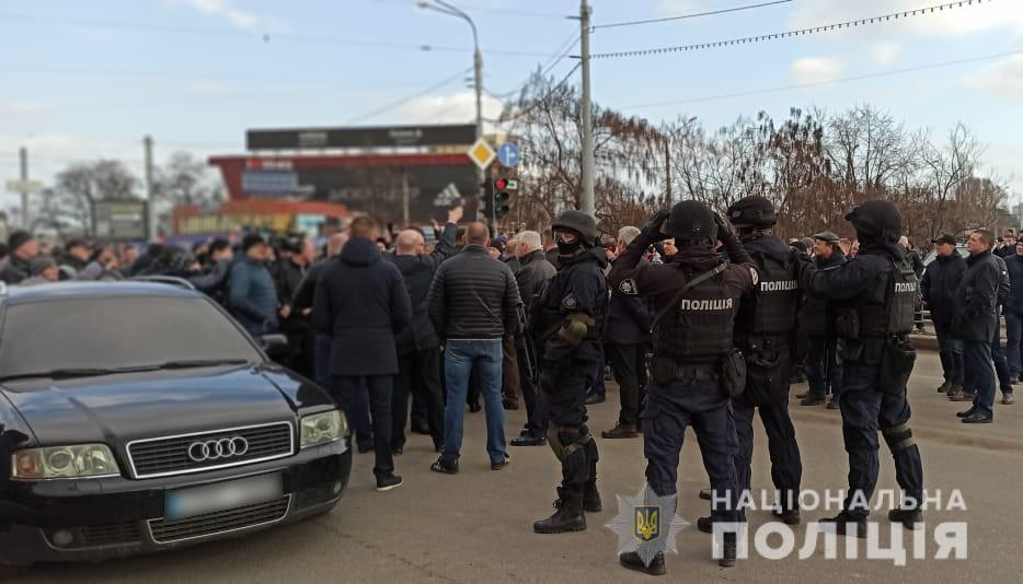 Невідомі особи застосували піротехніку та сльозогінний газ / фото: поліція Харківськоїобласті