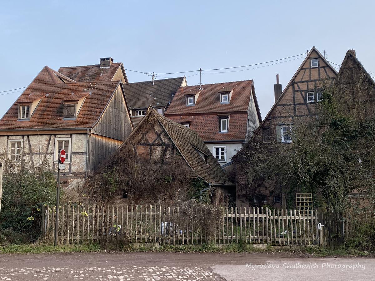 """Черепичні дахи """"пряникових"""" будинків/ фото Myroslava Shulhevich"""