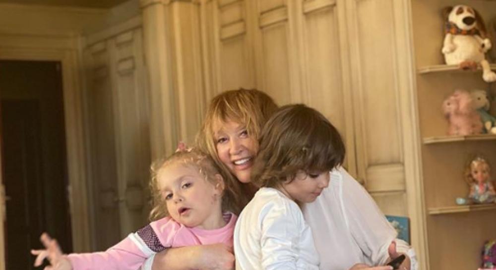Фотографии пугачевой в замке с детьми