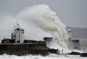 """У Великобританії вирує буревій """"Денніс"""": є жертви (фото)"""