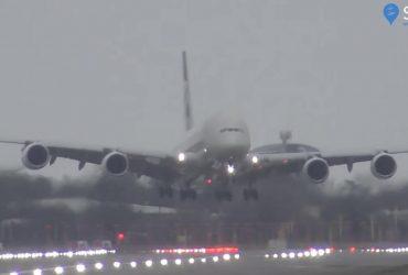 Авиалайнер A380 совершил экстремальную посадку в Лондоне во время шторма: видео