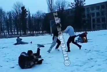 """""""Стінка на стінку"""": у Харкові сталася масова бійка між підлітками (відео)"""