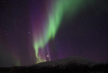 В небе над Исландией появилось северное сияние (видео)