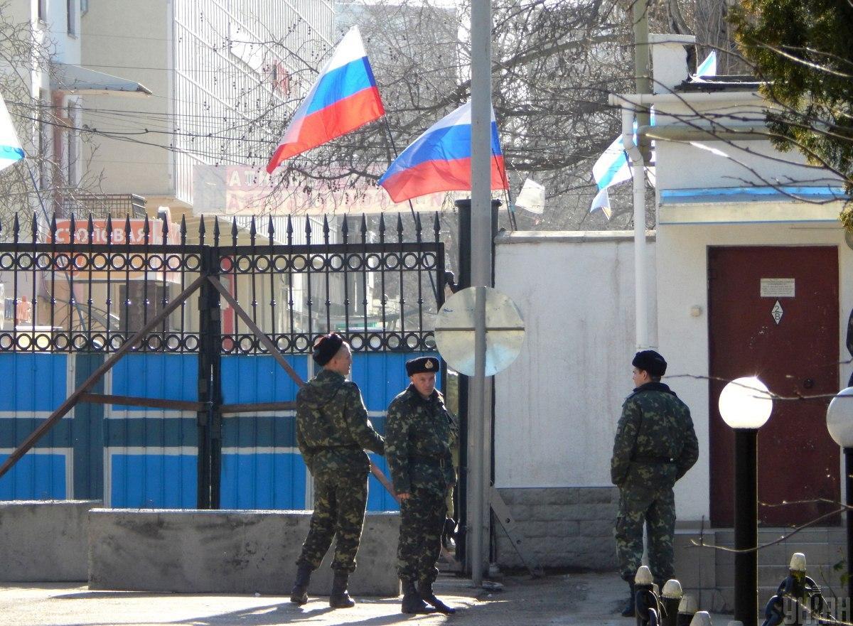 Люди в военной форме с автоматами перед входом в штаб ВМС Украины в Севастополе (АР Крым), 3 марта 2014 г. / фото УНИАН