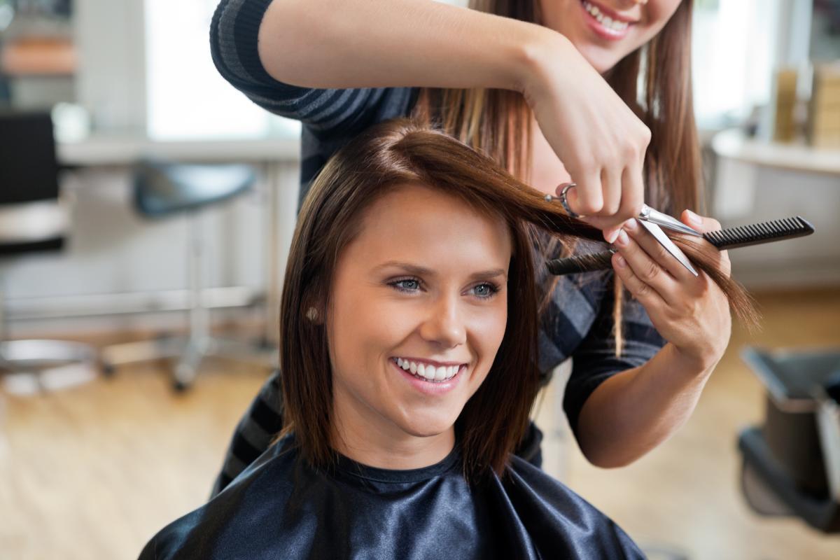 Если сделать стрижку во время растущей Луны, то волосы будут расти намного быстрее /depositphotos.com