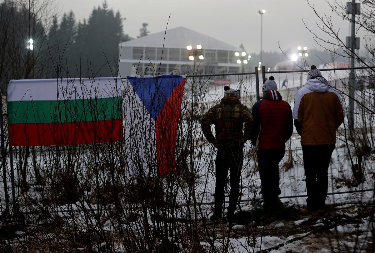 Болельщики размещались за забором комплекса / REUTERS