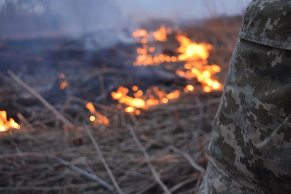 Под Марьинкойбоевики устроили пожар / Операция объединенных сил