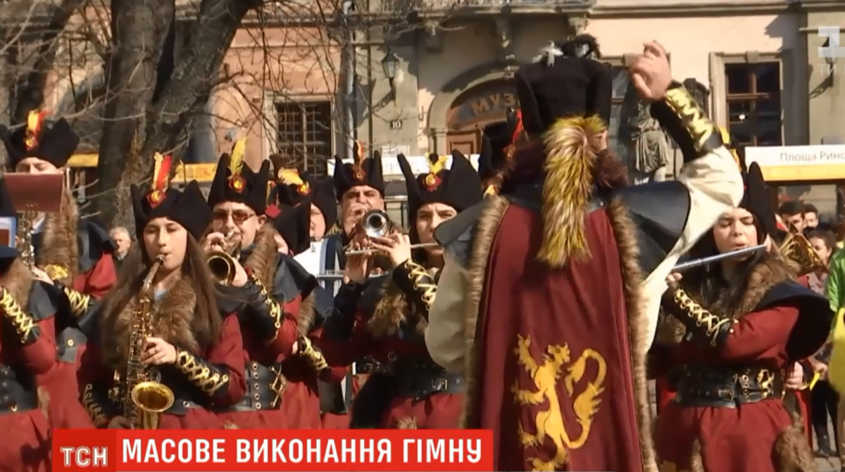 Флешмоб по исполнению гимна в сердце Львова / скриншот
