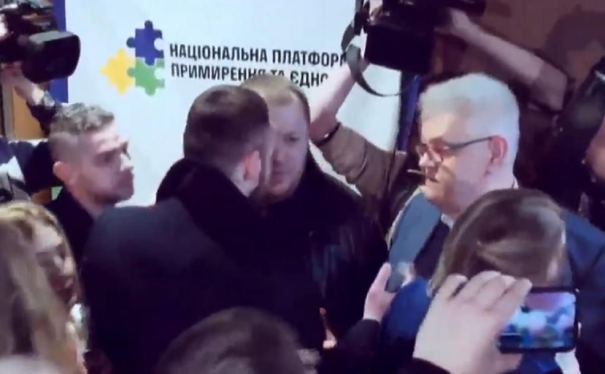 Сивохувитіснили із зали з запитаннями, з ким воює Україна / Скріншот