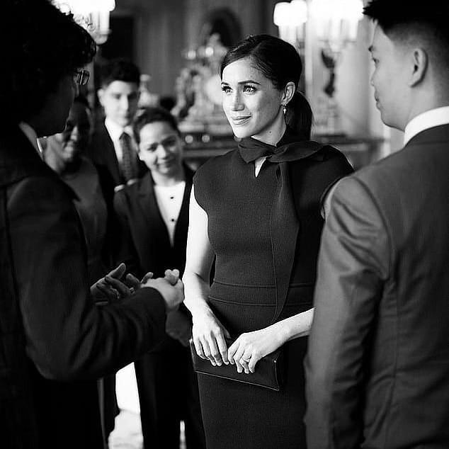 Меган Маркл приехала в лаконичномплатье, идеально сидящем по фигуре от бренда Scanlan Theodore / фото instagram.com/royals_of_britain/