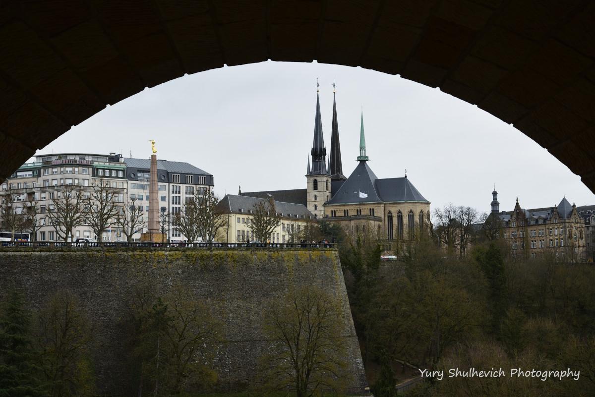Краєвид на Люксембурзький собор з нижнього рівня моста Адольфа / фото Yury Shulhevich