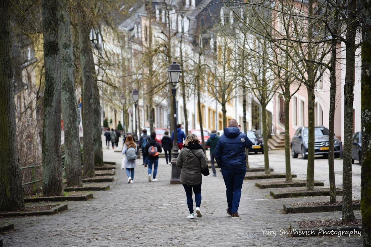 Туристи у Нижньому місті / фото Yury Shulhevich