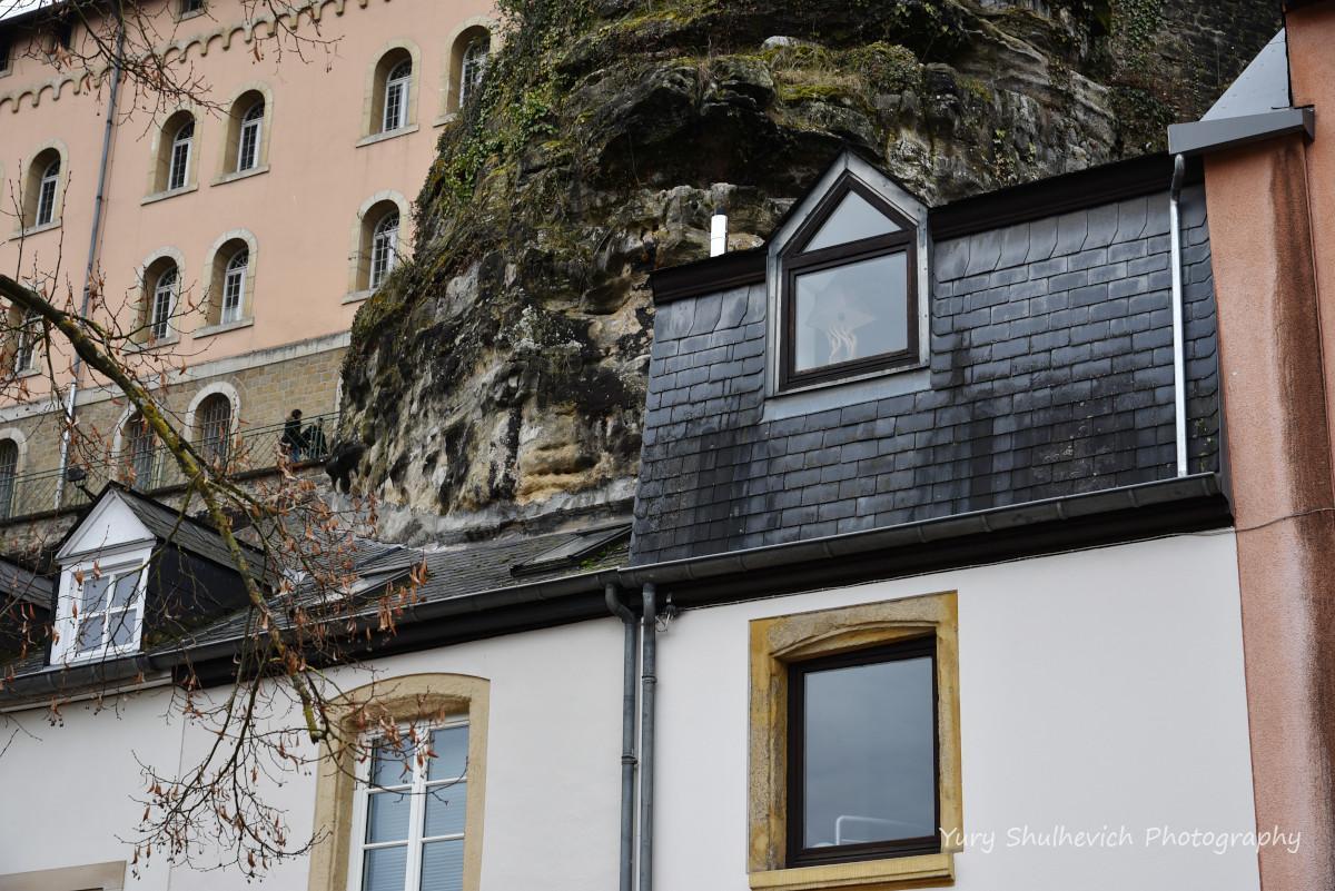 Будинок, що зрісся з камінням / фото Yury Shulhevich