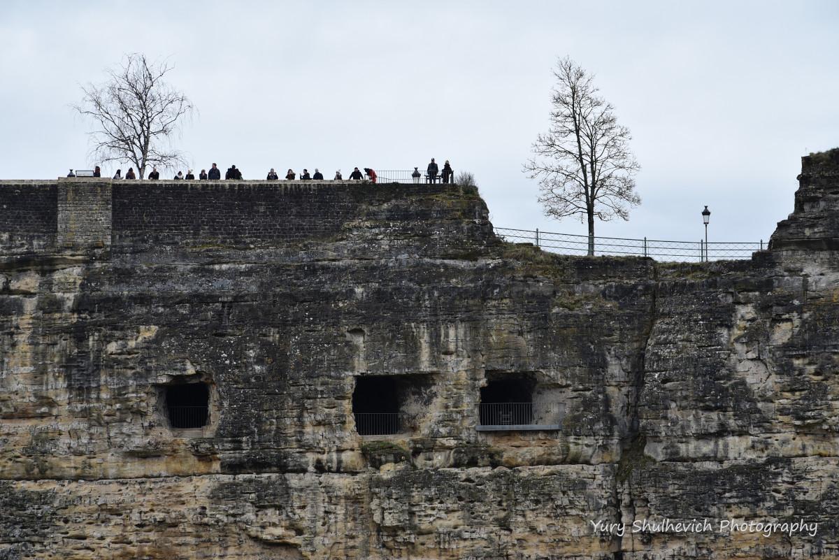 Туристи на оглядовому майданчику над казематами Бок / фото Yury Shulhevich