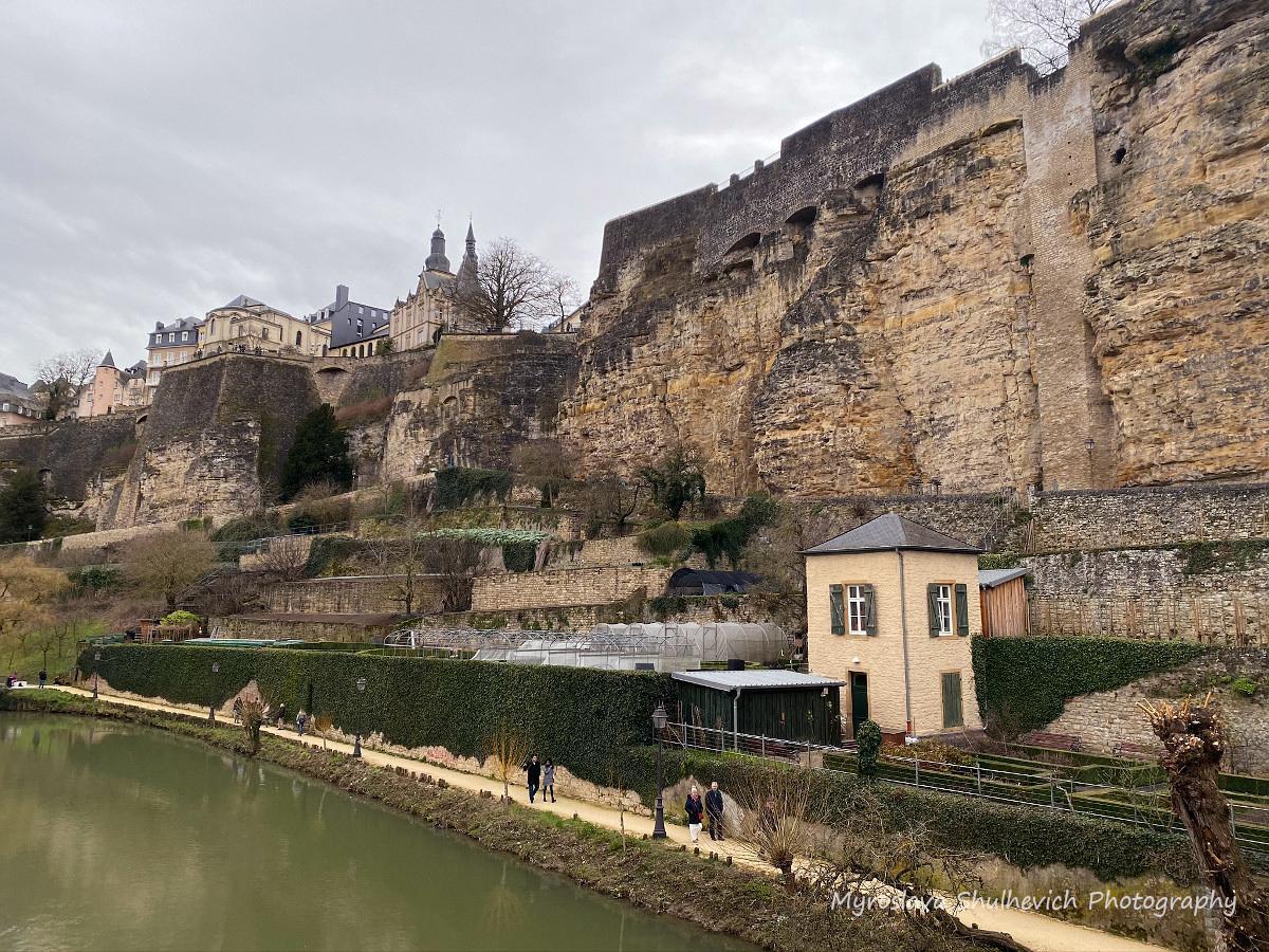 Фортифікації Люксембурга, а серед них проглядаються місцеві дачі/ фото Myroslava Shulhevich