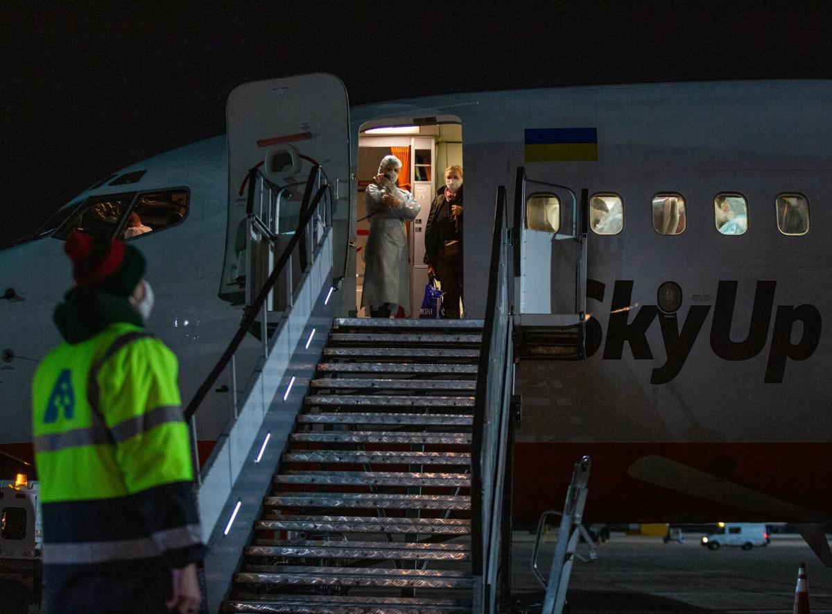 15 березня літак зі 123 евакуйованими українцямиприземлився в Борисполі/ фото ОП