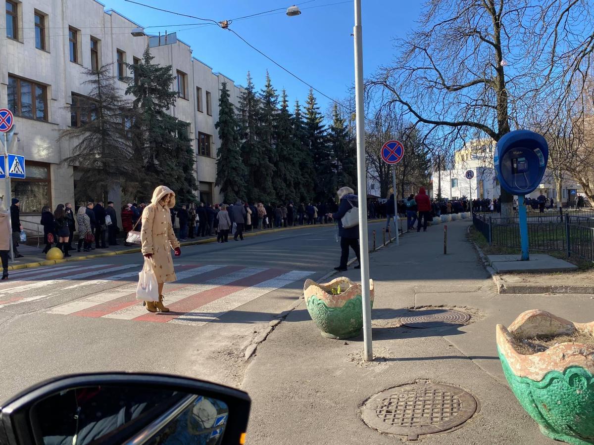 У сотрудников измеряют температуру / фото: Facebook Антон Геращенко