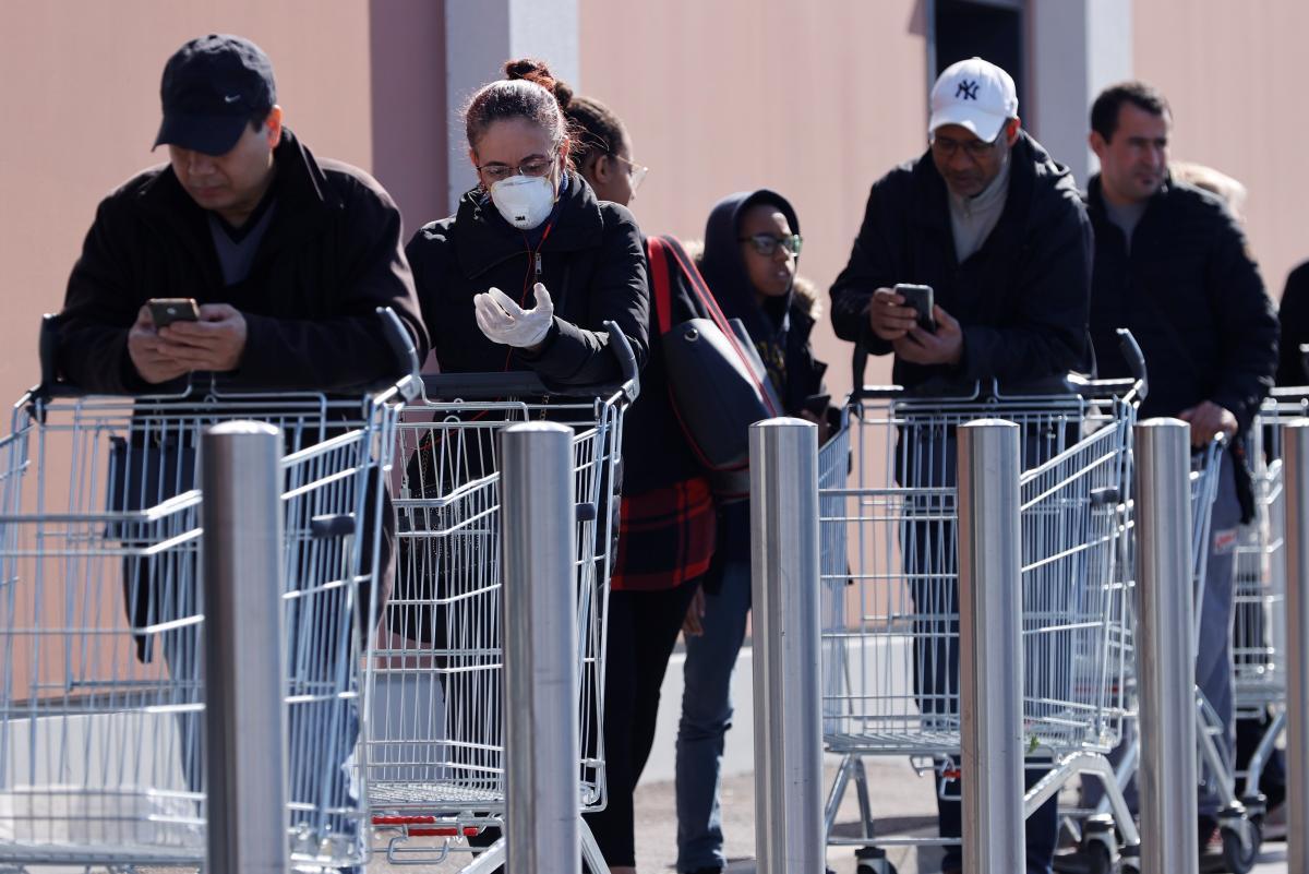 З кожним пасажем вірусу, з послідовним інфікуванням кожної наступної особи,вірус зменшує свою інфекційну активність, пояснює експерт / Ілюстрація REUTERS