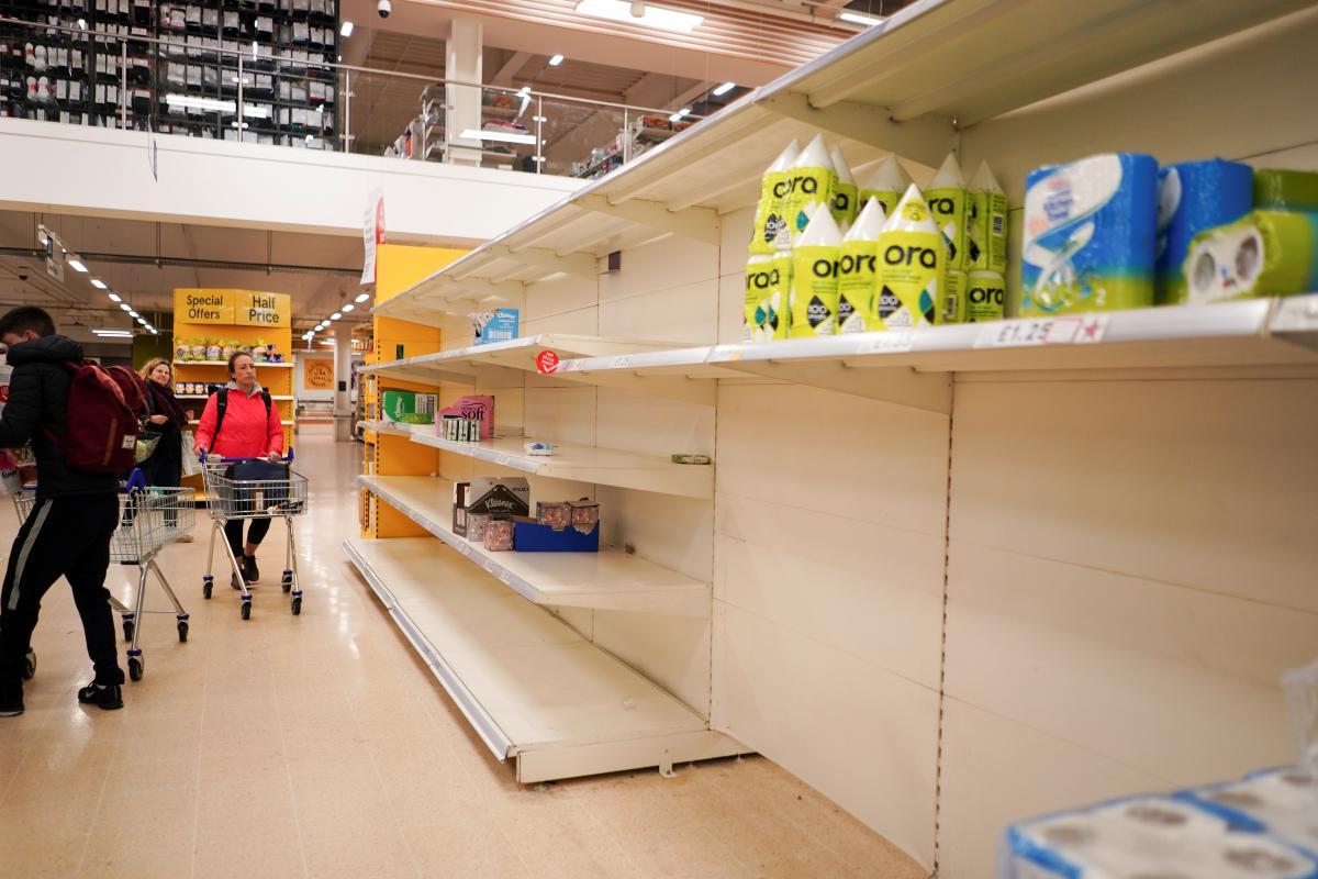Люди стали массово закупаться продуктами питания / REUTERS