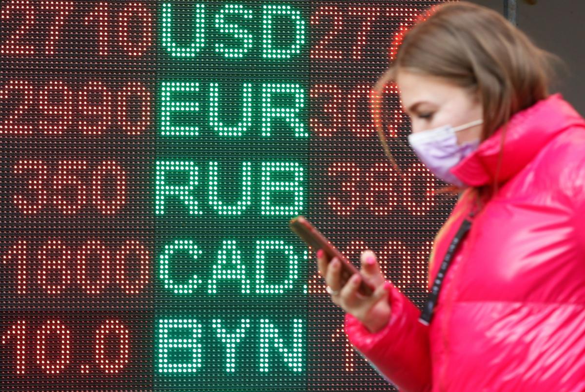 После выходных гривня возобновила падение к доллару и евро / REUTERS