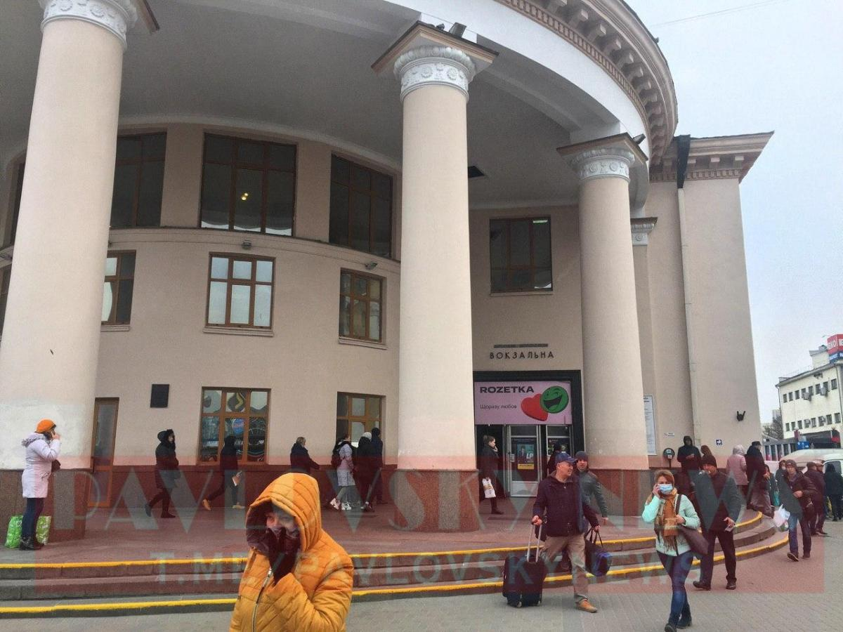 На привокзальній площі збираються люди / PavlovskyNews