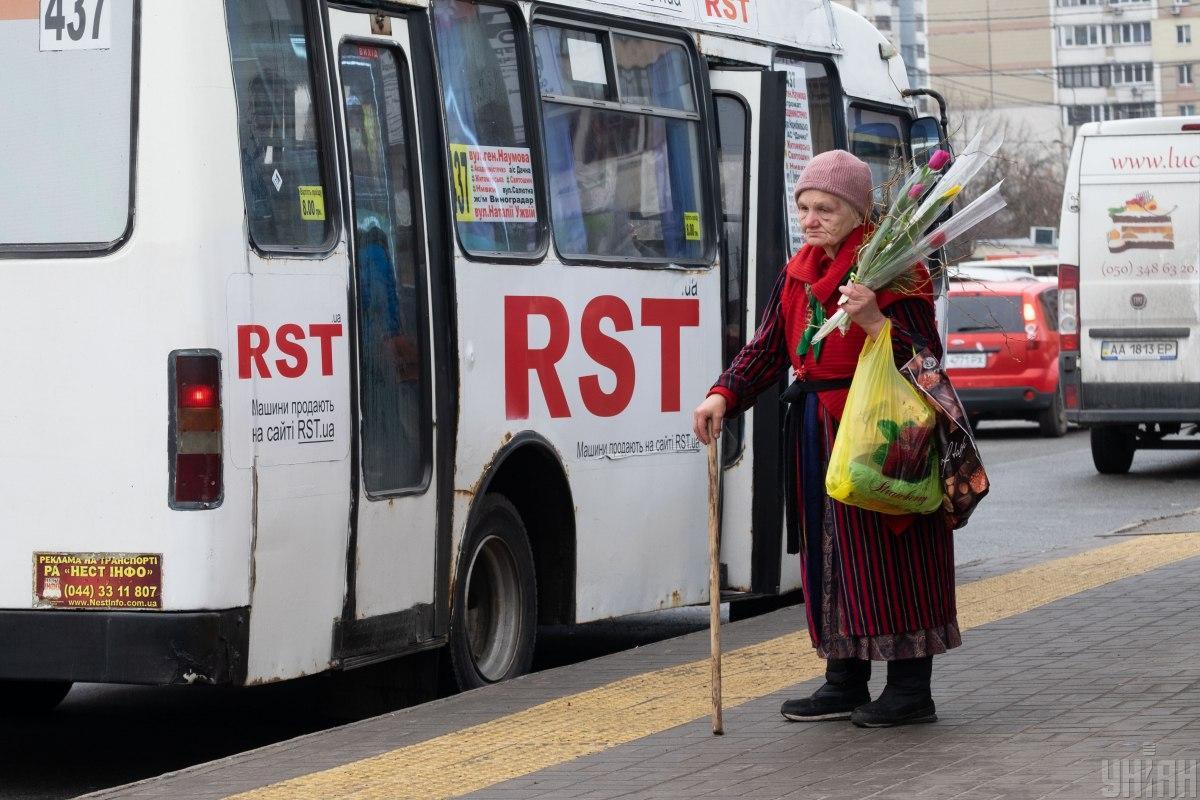 Многие пожилые люди пока не осознают серьезности ситуации и продолжают активно ходить по магазинам и банкам / фото УНИАН