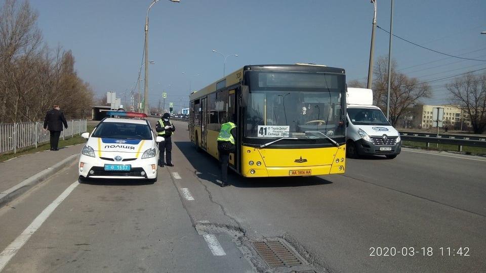 На окраинах Киева патрульные проверяют автобусы / УНИАН