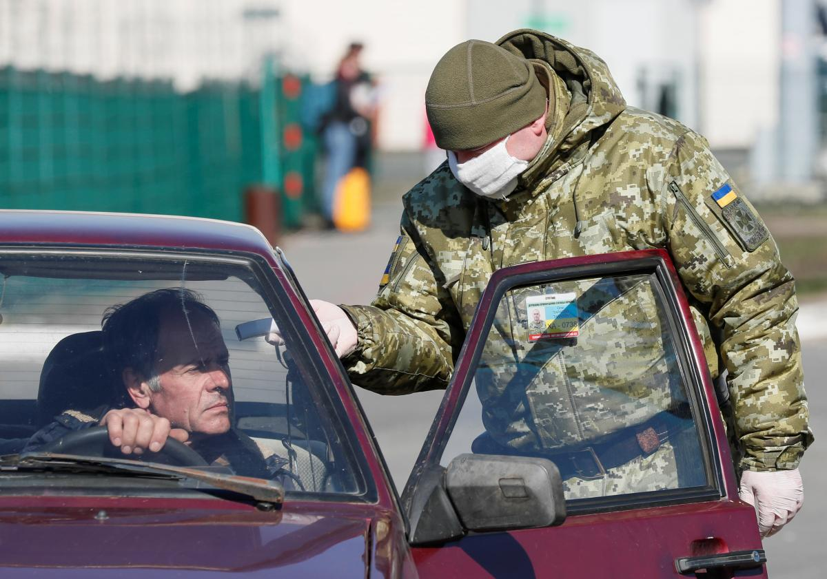 Ukrainians are now able to cross the Ukrainian border on foot or by car / REUTERS