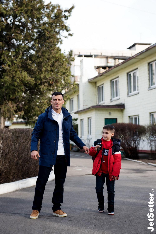 8:00, відводить сина до школи; футболка, джинси, взуття — TIMBERLAND, куртка NAPAPIJRI (intertop.ua)