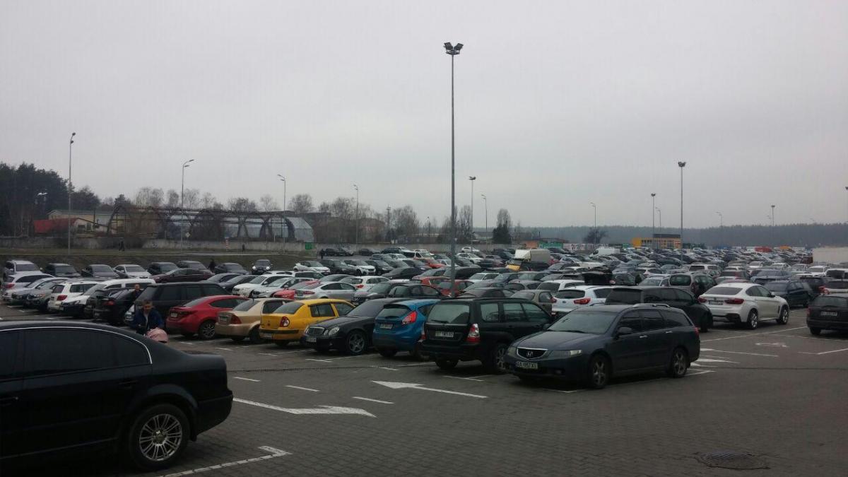 Так выглядела парковка до введения карантина / фото: Ольга Броскова