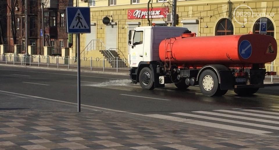 В Мариуполе моют улицы / фото 0629.com.ua