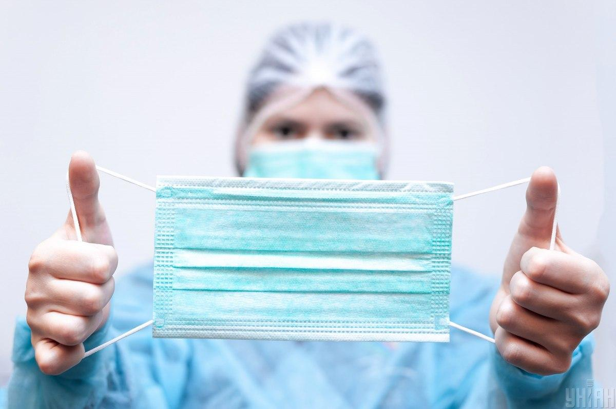 Маска не защищает от коронавируса, но препятствует его распространению / фото УНИАН