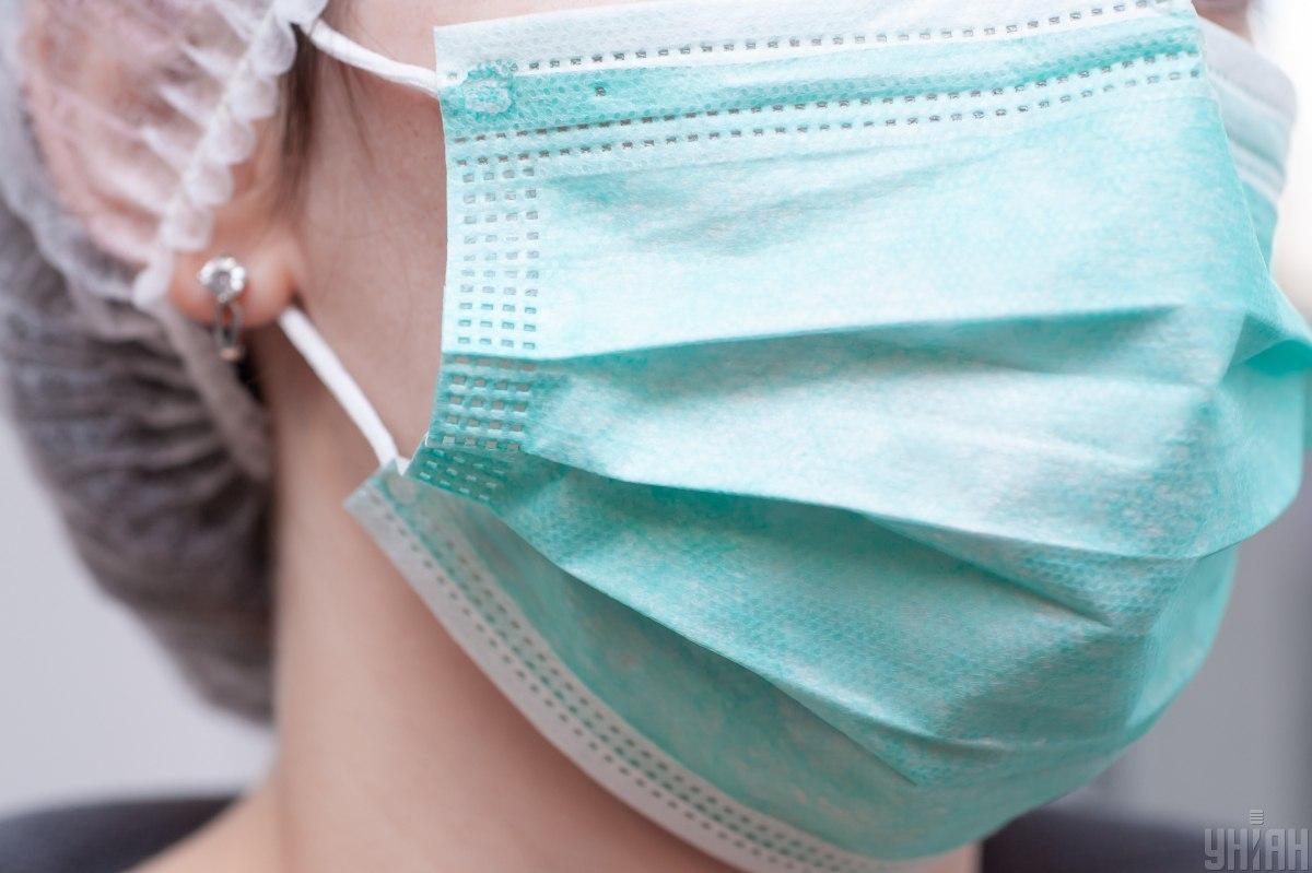 Маски дают в первую очередь медикам, которые принимают потенциально больных / фото УНИАН