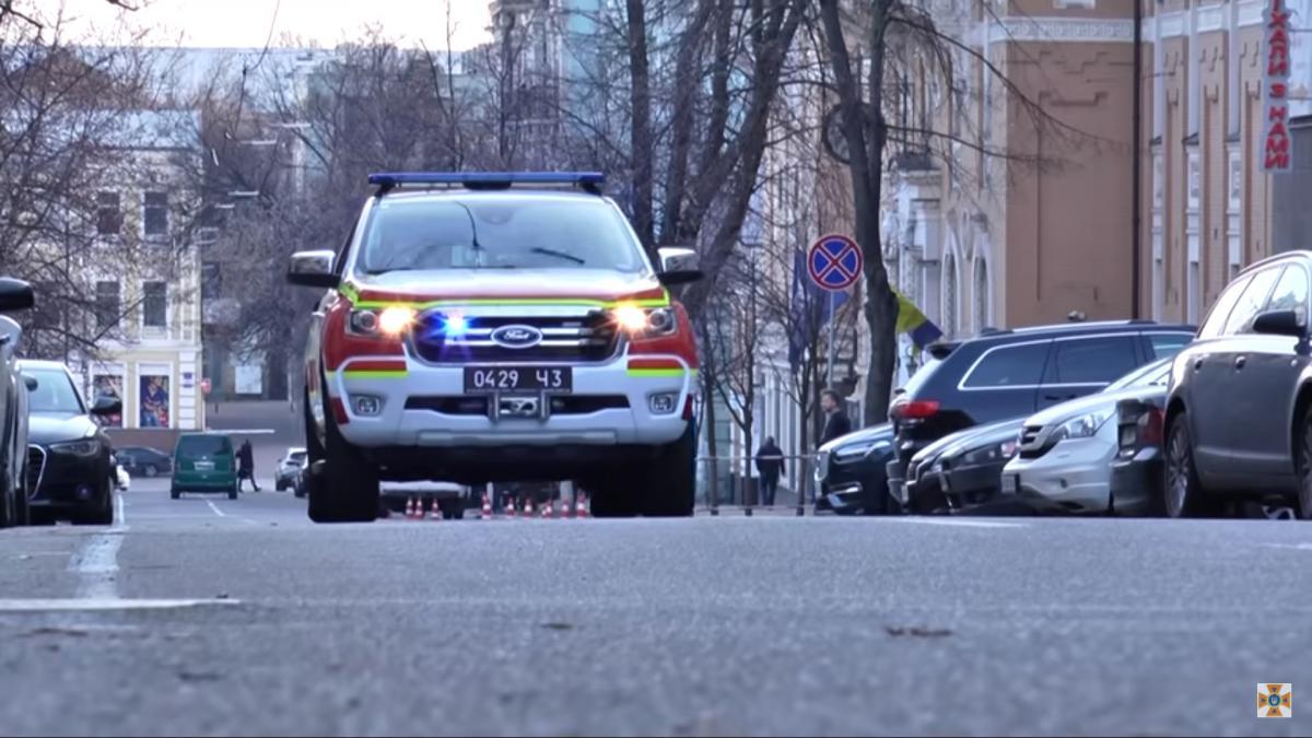 Для информирования используются специальные автомобили с громкоговорителями / скриншот из видео