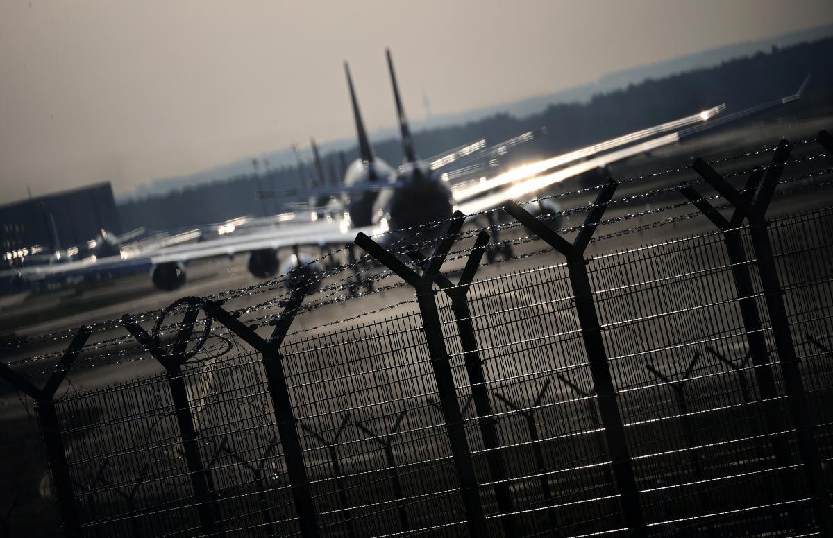 Почти 200 аэропортов в Европе под угрозой закрытия из-за эпидемии / REUTERS