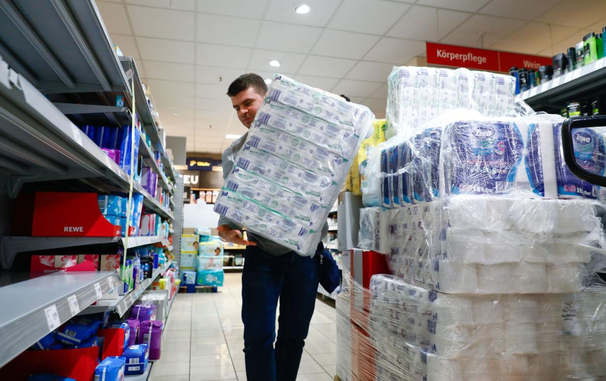 МОЗ порадило не скуповувати усе підряд через епідемію / REUTERS